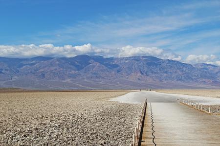 muerte: Badwater en el Parque Nacional Valle de la Muerte en la tarde Foto de archivo