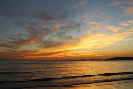 Splendida vista sul Mare delle Andamane al tramonto. Krabi, Thailandia.