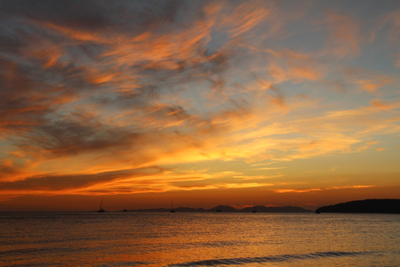 Belle vue sur la mer d'Andaman au coucher du soleil. Krabi, Thaïlande. Banque d'images