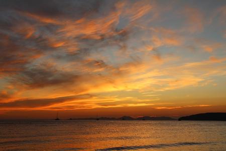 Schöne Aussicht auf die Andamanensee bei Sonnenuntergang. Krabi, Thailand. Standard-Bild