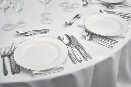 Table de restaurant SETOUT avec des plaques blanches et argenterie Banque d'images - 66020144