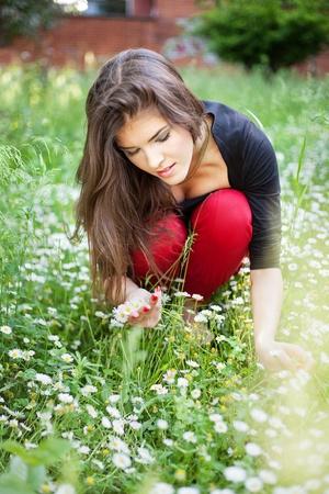 recolectar: Mujer bonita en el parque se re�nen las flores de primavera, al aire libre