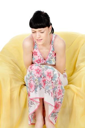 menstruacion: Niña haciendo una mueca por el dolor en el abdomen Foto de archivo
