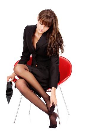 pied fille: jolie femme d'affaires se détendre avec ses pieds massage, isolé sur blanc