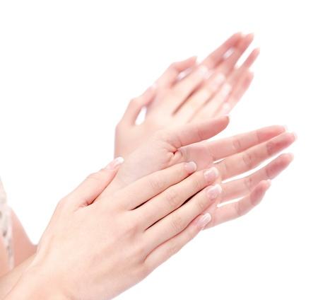 aplaudiendo: dos manos de la mujer aplaudiendo y aisladas sobre fondo blanco