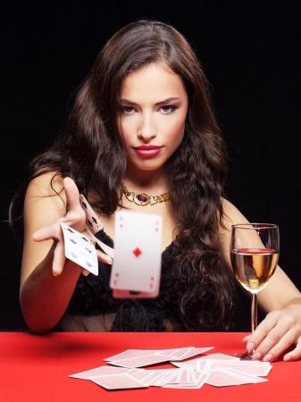 jeu de carte: jolie jeune femme sur le jeu de table rouge