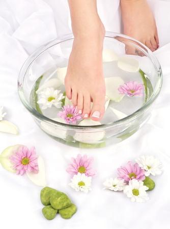 Pieds trempé dans un bol aromathérapie Banque d'images