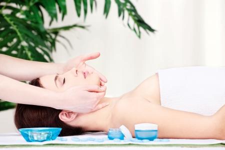 Muchacha en el masaje facial en el salón Foto de archivo - 14549264