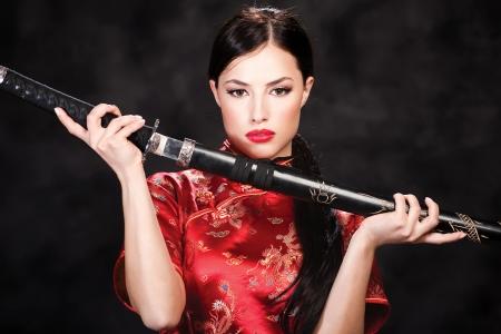 mujer pirata: Mujer bonita que sostiene katana arma