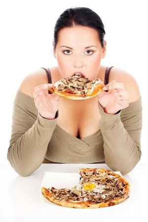 mujeres gordas: mujer gordita disfrutar de comer una rebanada de pizza, aislado en blanco