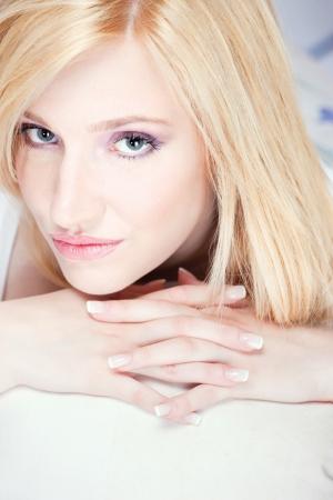 blonde yeux bleus: Jolie femme blonde aux yeux bleus Banque d'images