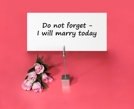 not forget: A note holder with a roses and a card with the text - do not forget - I will marry today