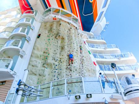 Barselona, ??Spaine - 12 september 2015: Royal Caribbean, Allure of the Seas varen van Barselona op 6 september 2015. De tweede grootste passagiersschip gebouwd achter zusterschip Oasis of the Seas. De gratis attractie - klimmuur Stockfoto - 61169018