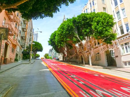 Une rue typique de San Francisco avec téléphérique des pistes, Californie
