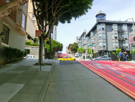 San Francisco, Californie, États-Unis d'Amérique - 4 mai 2016: rue typique de San Francisco avec des pistes de téléphérique, Californie