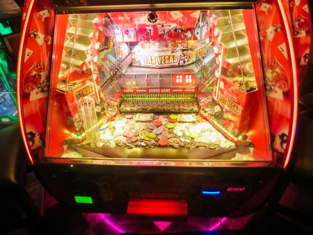 tragamonedas: Las Vegas, Estados Unidos de América - 11 de mayo 2016: Las máquinas tragamonedas en el Casino Fremont en Las Vegas, Estados Unidos de América el 11 de Mayo, el año 2016 Editorial