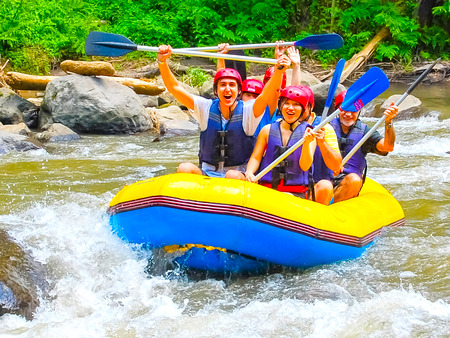 Bali, Indonesië - 11 april 2012: Rafting in de canyon op Balis bergrivier Ayung in Indonesië Stockfoto - 68157566