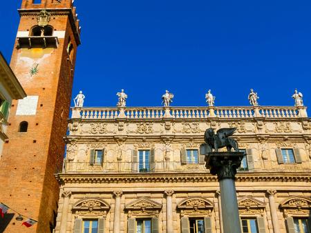 leon alado: The winged lion of St Mark, in Piazza delle Erbe, Verona Foto de archivo