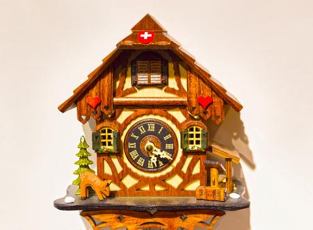 reloj cucu: El detalle del reloj de madera suizo Foto de archivo