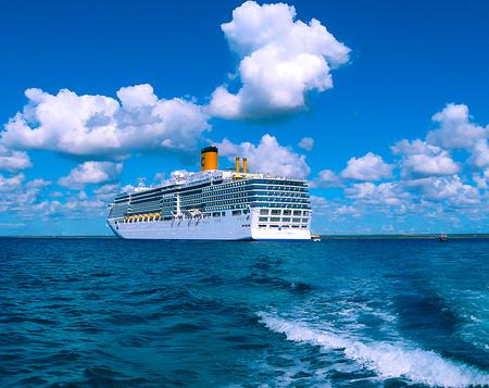 Catalina eiland, Dominicaanse Republiek - 05 februari 2013: Cruise schip Costa Luminosa, in eigendom en exploitatie van Crociere, bouwde Fincantieri Marghera werf in 2009. Redactioneel