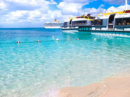 カタリナ島、ドミニカ共和国-2013 年 2 月 5 日: コスタ Luminosa クルーズ船、Crociere、によって所有および運営は、2009 年に Fincantieri マルゲーラ造船所を