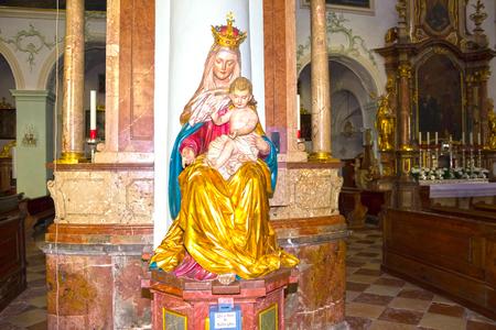 Salzburg, Österreich - 1. Mai 2017: St Peter-Abtei-Kircheninnenraum. Gegründet im Jahr 696 gilt es als eines der ältesten Klöster im deutschsprachigen Raum. Standard-Bild - 83120263
