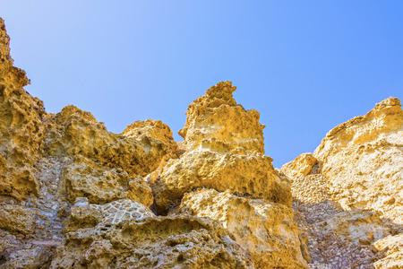 monte sinai: Las montañas alcanzan un pico en la playa en Sharm el Sheikh, Egipto