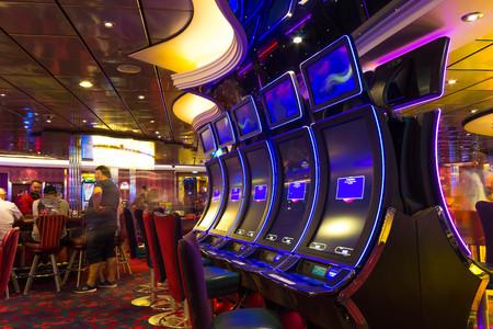 Cape Canaveral, Verenigde Staten - 30 April 2018: Slotmachines in het casino op een cruiseschip in de Caribische zee