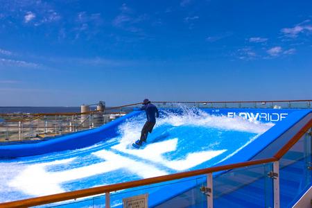 Cape Canaveral, Stati Uniti d'America - 29 aprile 2018: Uomo che fa surf sul FlowRider a bordo dell'Oasis of the Seas di Royal Caribbean