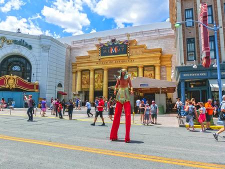 ORLANDO, FLORIDA, USA - 08. MAI 2018: Eingang zur Rache der Mumienfahrt an den Universal Studios Orlando Editorial
