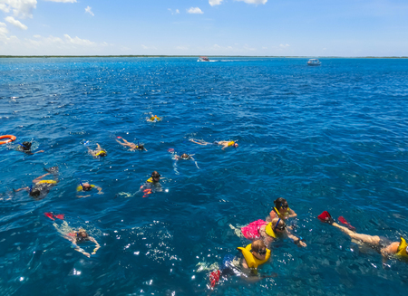 Cozumel, México - 04 de mayo de 2018: Grupo de amigos buceando juntos en un paseo en barco de fiesta por el Mar Caribe en Cozumel, México el 04 de mayo de 2018