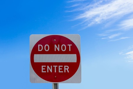 Do not enter sign on blue sky background Imagens