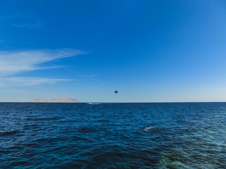Parasailing on the sea in Egypt at Sharm el-Sheikh at sunny day Stockfoto - 118001065