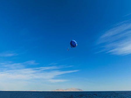 Parasailing on the sea in Egypt at Sharm el-Sheikh at sunny day Stockfoto - 118001106