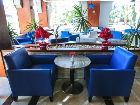 Sharm El Sheikh, Egypt - December 31, 2018: The bar at luxury hotel Xperience Sea Breeze Resort. Hotel employee accepts luggage of tourists. Redactioneel