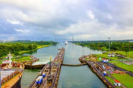 Vue du canal de Panama du bateau de croisière au Panama