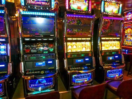 Half Moon Cay-eiland, Bahama's - 4 december 2019: Casino-interieur, gokautomaten, Amerikaans gokken, cruiseschip