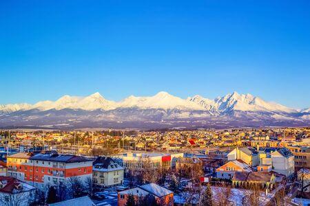Góry nad kolorowymi budynkami i domami w Popradzie na Słowacji. Poranek Zdjęcie Seryjne