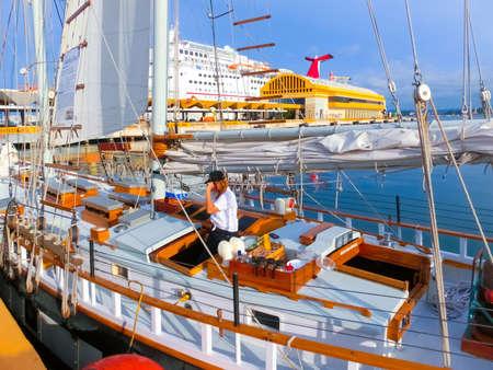 San Juan, Puerto Rico - Mai 08, 2016 : Bateau de croisière des Caraïbes et yacht ancré dans le dock à San Juan, Puerto Rico