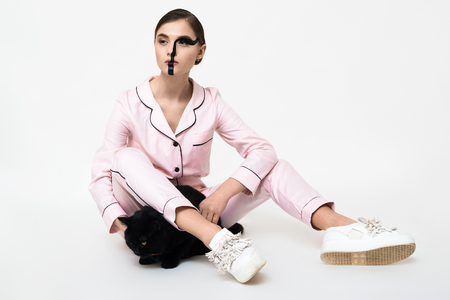 c3456e3aa2  91787677 - Joven mujer bonita en pijama rosa con gato