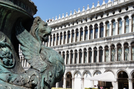 leon con alas: Detalle de león alado en el mástil de la bandera en la plaza de San Marco, Venecia, Italia