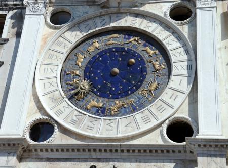 leon con alas: Reloj astron?mico en la plaza de San Marcos en Venecia, Italia