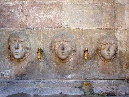 source d eau: Source d'eau de boisson de la rue antique dans Barri Gotic, Barcelone, Catalogne, Espagne