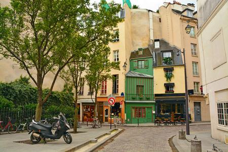 パリのラテン区。パリ、フランスの伝統的な古いのパリの家の間で狭い石畳の通り 写真素材