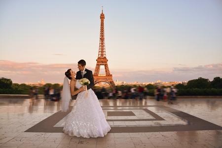 baiser amoureux: Beau couple de mariage. Mariée et le marié en face de la Tour Eiffel à Paris. Style retro Banque d'images
