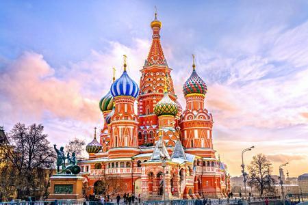 Cerkiew Wasyla Błogosławionego na Placu Czerwonym w zimie o zachodzie słońca, Moskwa, Rosja.