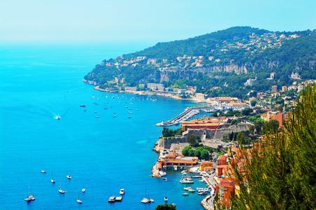 Costa Azul Francia. Vista del complejo de lujo y de la bahía de la riviera francesa - Villefranche-sur-Mer está situado entre la ciudad de Niza y Mónaco. mar Mediterráneo