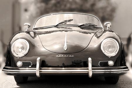 NICE, FRANKRIJK - 3 juni 2015: Porsche- luxe vintage sportwagen op de stad straat. Retro stijl - sepia