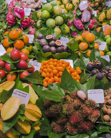 frutas tropicales: frutas tropicales exóticas en el mercado de Barcelona Boqueria. Poca profundidad de campo Foto de archivo