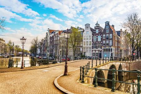 Tradycyjne holenderskie domy i mosty na kanałach w Amsterdamie, Holandia